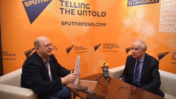 Prof. Grzegorz Kołodko podczas wywiadu dla Sputnika z komentatorom Leonidem Swiridowym - Sputnik Polska