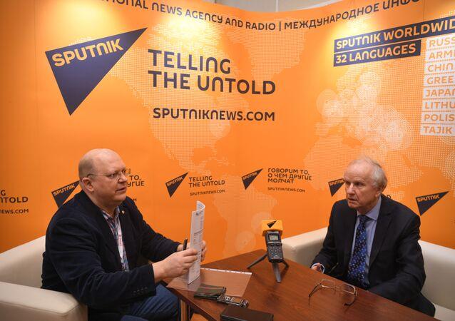 Prof. Grzegorz Kołodko podczas wywiadu dla Sputnika z komentatorom Leonidem Swiridowym
