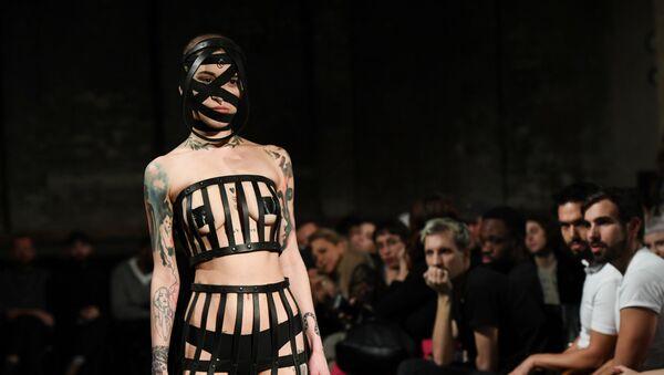 Modelka prezentuje kolekcję Obectra na berlińskim Tygodniu Mody  - Sputnik Polska