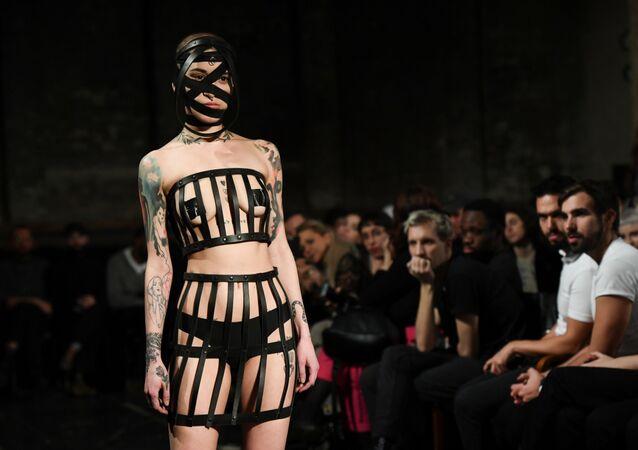 Modelka prezentuje kolekcję Obectra na berlińskim Tygodniu Mody