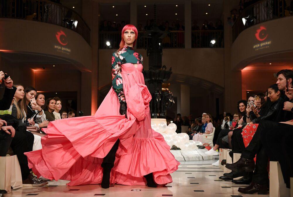 Modelka prezentuje kolekcję projektantki Anja Gockel podczas Tygodnia Mody w Berlinie