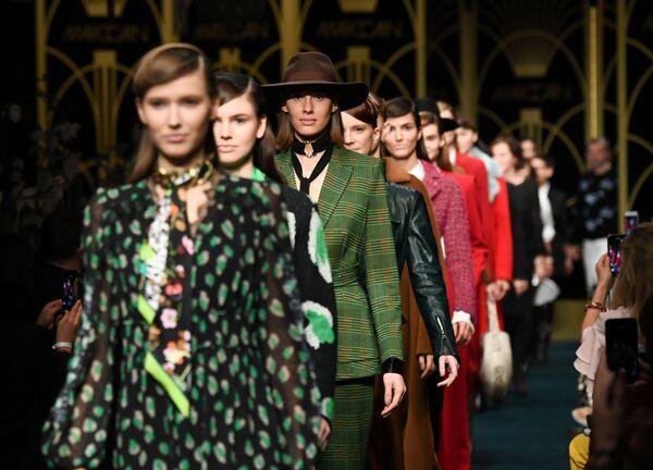 Modelki prezentują kolekcję projektanta Marc Cain podczas Tygodnia Mody w Berlinie   - Sputnik Polska