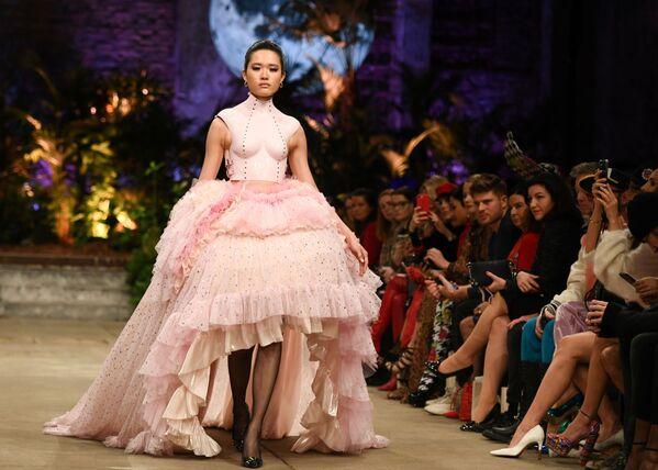 Modelka prezentuje kolekcję projektantki Mariny Hoermanseder podczas Tygodnia Mody w Berlinie  - Sputnik Polska