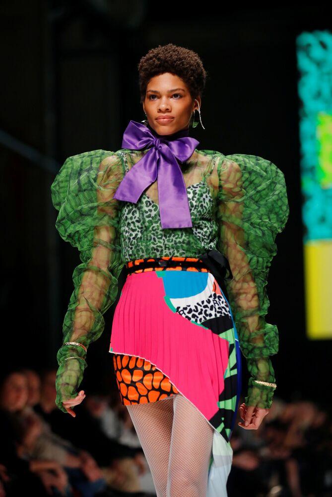 Modelka prezentuje południowoafrykańską kolekcję podczas Tygodnia Mody w Berlinie