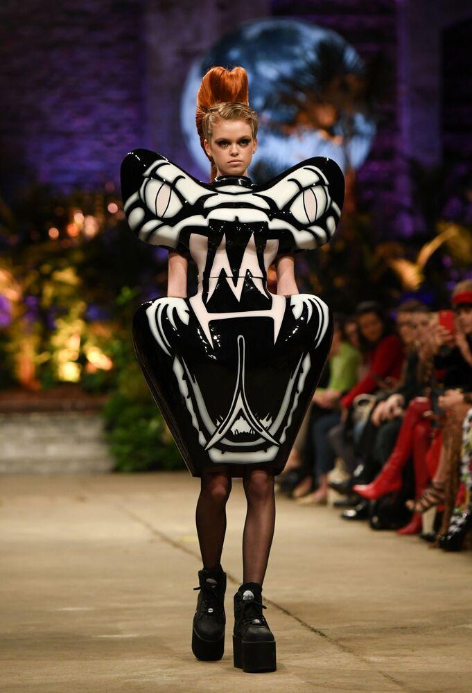 Modelka prezentuje kolekcję projektantki Mariny Hoermanseder podczas Tygodnia Mody w Berlinie