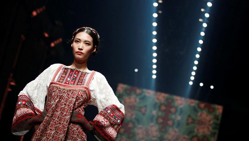 Modelka prezentuje kolekcję projektantki Leny Hoschek podczas Tygodnia Mody w Berlinie