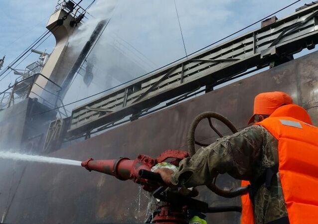 Gaszenie pożaru na trawlerze. Zdjęcie archiwalne