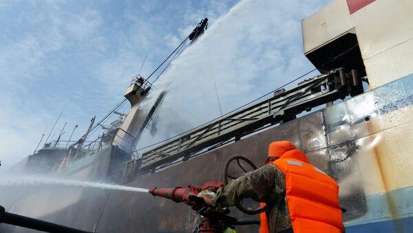 Gaszenie pożaru na trawlerze. Zdjęcie archiwalne - Sputnik Polska