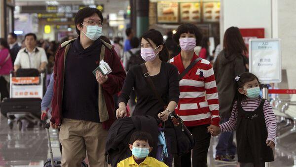 Turyści w maskach na lotnisku Song Shan w Tajpeju - Sputnik Polska