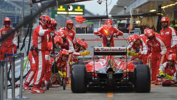 Mechanicy Ferrari obsługują jeden z bolidów spółki w Soczi - Sputnik Polska