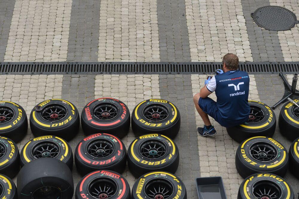Mechanik przygotowuje koła dla bolidów wyścigu Grand Prix Formuły 1 w Sochi