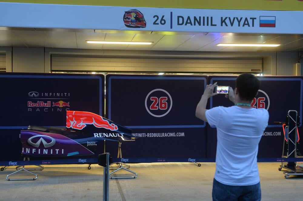 Box spółki Red Bull Racing rosjanina Daniila Kwiata w Sochi