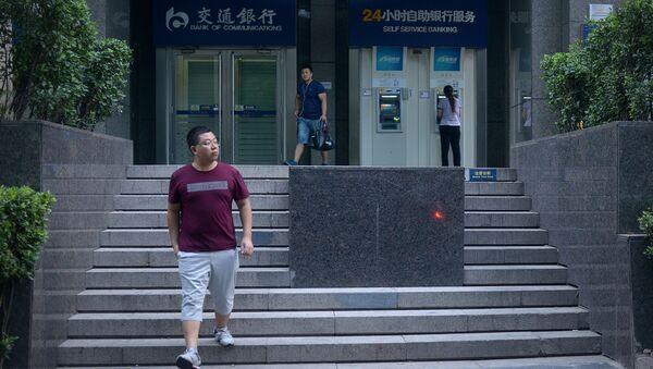 Ludzie obok bankomatu przy wejściu do banku w Pekinie - Sputnik Polska