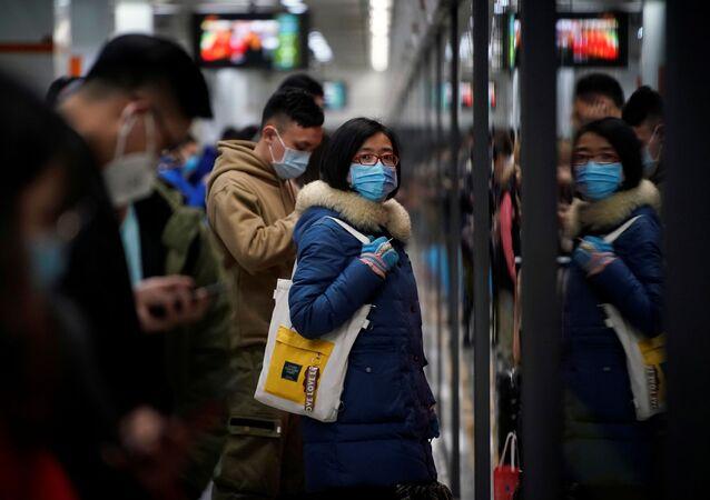 Ludzie w maskach w Szanghaju