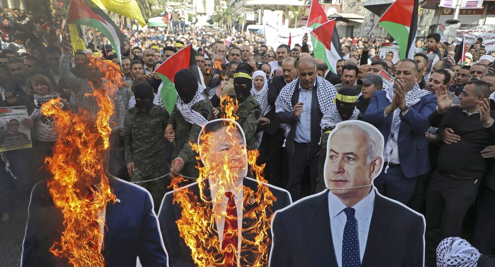 Palestyńczycy palą portrety Donalda Trumpa, Mike'a Pompeo i Benjamina Netanyahu podczas demonstracji