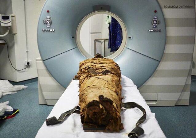 Tomografia komputerowa mumii kapłana Nesyamuna