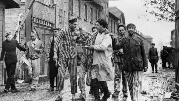 Wyzwoleni przez żołnierzy radzieckich więźniowie obozu koncentracyjnego Auschwitz. - Sputnik Polska