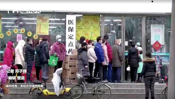 Kolejka przed sklepem w Wuhan, Chiny - Sputnik Polska