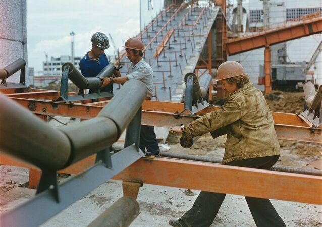 Budowa z międzynarodowymi pracownikami z Polski, Bułgarii, ZSRR, Węgier, 1979 rok
