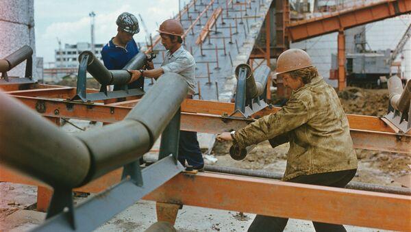Budowa z międzynarodowymi pracownikami z Polski, Bułgarii, ZSRR, Węgier, 1979 rok - Sputnik Polska