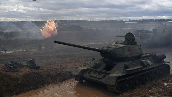 Czołg T-34 podczas rekonstrukcji historyczna szturmu na Berlin w obwodzie moskiewskim  - Sputnik Polska