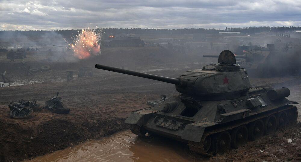 Czołg T-34 podczas rekonstrukcji historyczna szturmu na Berlin w obwodzie moskiewskim