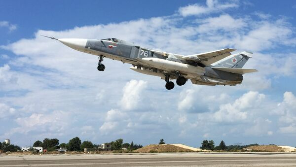 Rosyjski samolot Su-24 startuje z bazy Hmeimim w Syrii - Sputnik Polska
