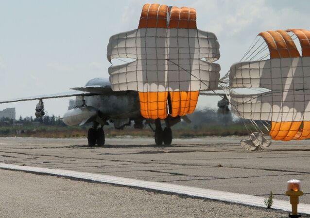 Rosyjski myśliwiec-bombowiec Su-24 ląduje się na lotnisku Latakia w Syrii
