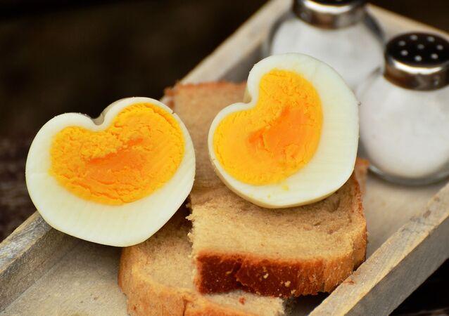 Jaja na chlebie i sól