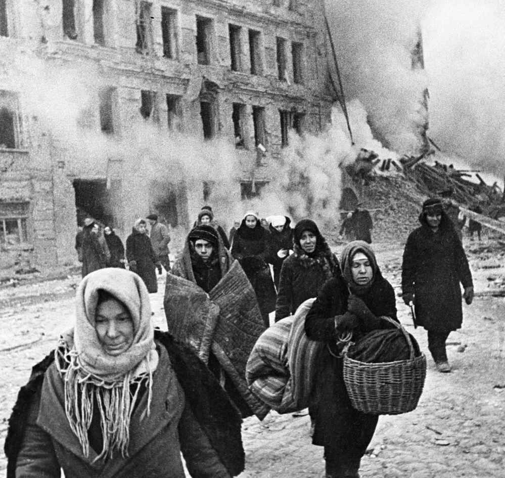 Mieszkańcy podczas blokady Leningradu opuszczają schrony, 9 grudnia 1942 rok