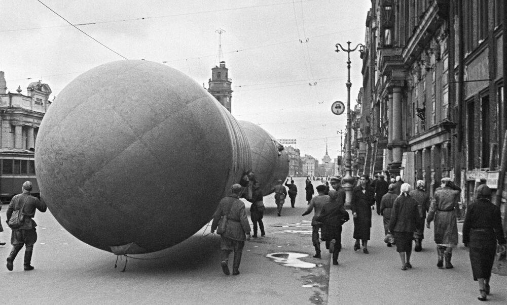 Instalacja aerostatu na Newskim Prospekcie podczas blokady Leningradu