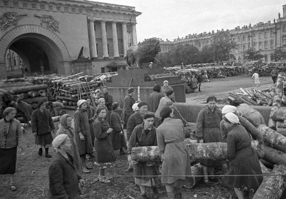 Ludność cywilna oblężonego Leningradu umacnia ulice miasta, 1941 rok