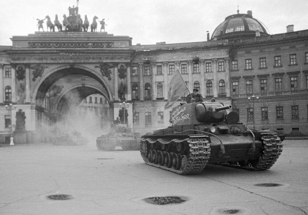 Kolumna czołgów na Placu Pałacowym w Leningradzie, 1942 rok