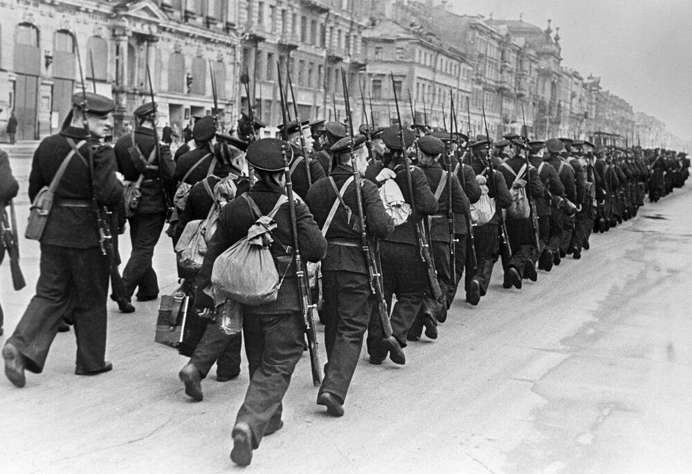 Żołnierze idą na front ulicami Leningradu