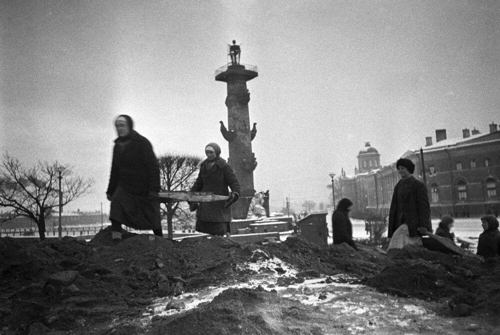 Ludność cywilna buduje struktury obronne na Mierzei Wasilewskiej w Leningradzie, 1942 rok
