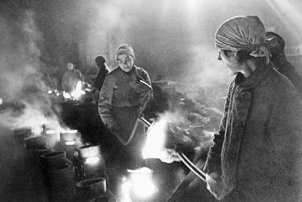 Kobiety pracujące w fabryce podczas blokady Leningradu, 1 stycznia 1942 rok