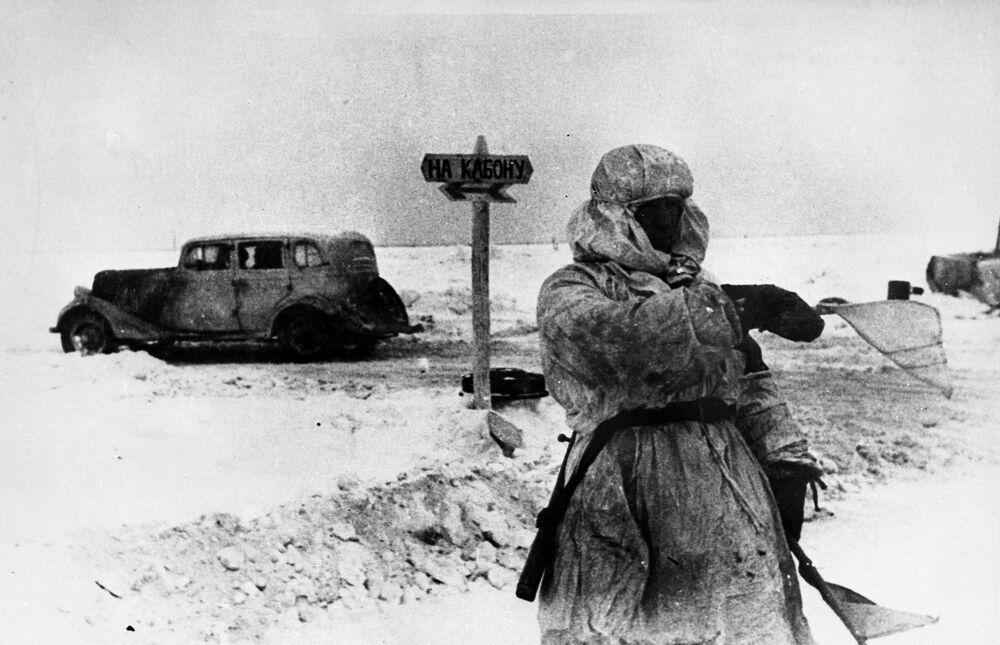 """Kierujący ruchem drogowym na """"Drodze Życia"""" przez jezioro Newo, 1943 rok"""