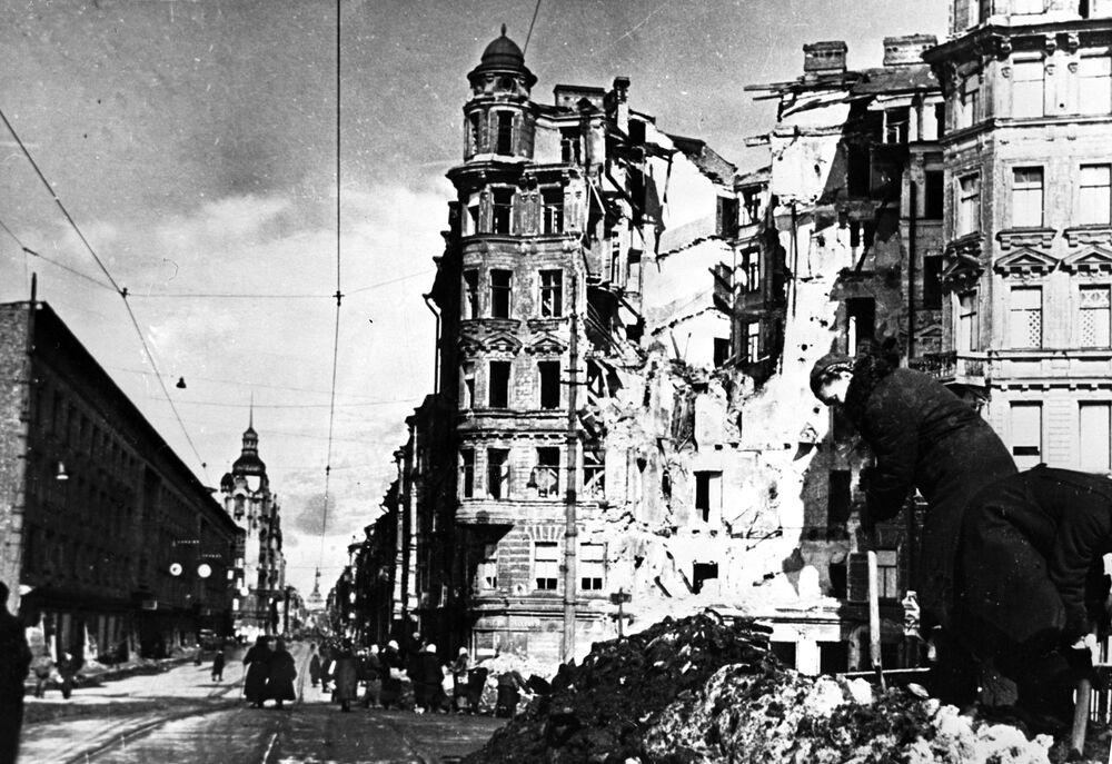 Blokada Leningradu: zniszczone ulice po nalocie samolotów wroga w czasie Wielkiej Wojny Ojczyźnianej (1941-1945)