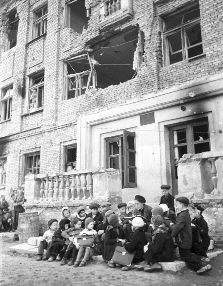 Lekcja na schodach zniszczonej przez niemieckie obstrzały szkoły, 1 października 1943 rok