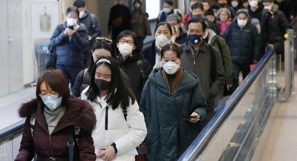 Pasażerowie wyjeżdżający z Wuhan
