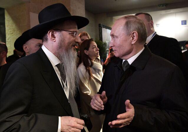 Prezydent Rosji Władimir Putin i naczelny rabbin Rosji Berl Lazar na terytorium Yad Vashem w Jerozolimie