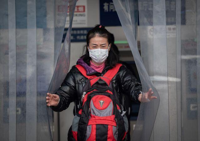 Chinka w masce ochronnej
