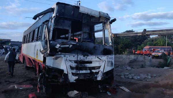 Konsekwencje zderzenia autobusu i autorikszy w pobliżu miasta Nashik w stanie Maharasztra w zachodnich Indiach - Sputnik Polska