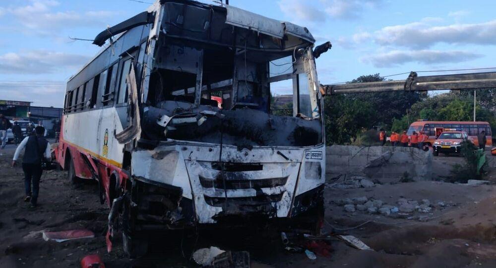 Konsekwencje zderzenia autobusu i autorikszy w pobliżu miasta Nashik w stanie Maharasztra w zachodnich Indiach