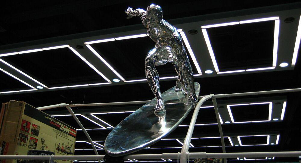 Figura Srebrnego Surfera w sklepie