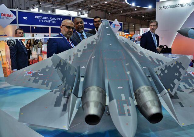 Makieta myśliwca piątego pokolenia Su-57 na wystawie w Dubai Airshow 2019