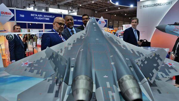 Makieta myśliwca piątego pokolenia Su-57 na wystawie w Dubai Airshow 2019  - Sputnik Polska