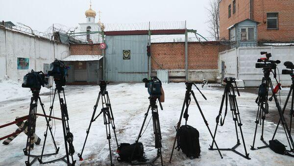 Sprzęt pracowników medialnych przed wejściem do kolonii poprawczej, gdzie odbywa karę za przemyt narkotyków obywatelka Izraela Naama Issachar - Sputnik Polska