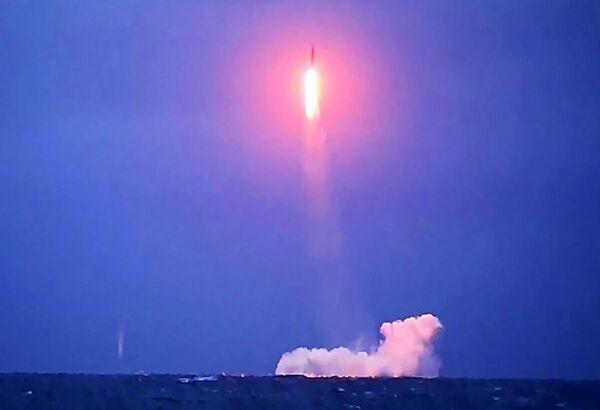 Wystrzelenie pocisku balistycznego z okrętu podwodnego K-51 Wierchoturje  - Sputnik Polska