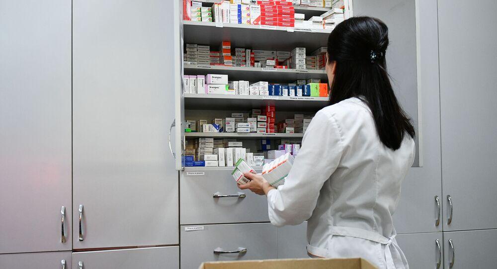 Pracowniczka jednej z aptek Symferopolu rozstawia lekarstwa